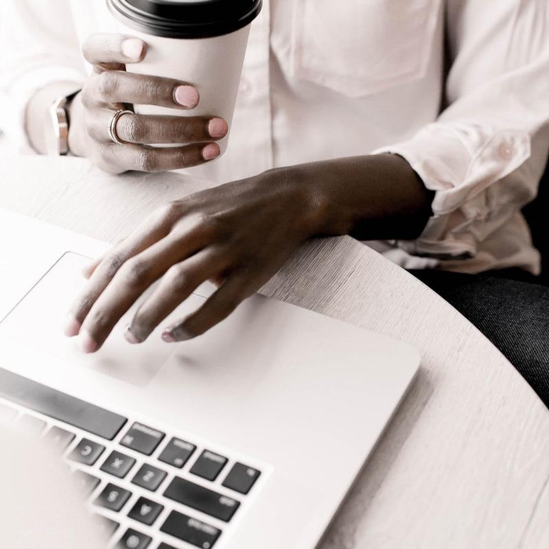 Un accompgnement de groupe pour entrepreneurs MOTIVÉS pour mettre en place un système d'organisation ULTRA PUISSANT en vue de développer sereinement ton entreprise